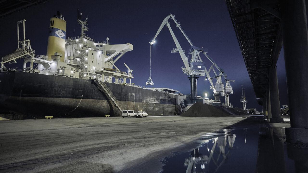 Laiva ja nosturi öisessä satamassa.